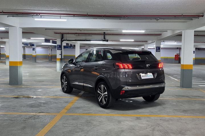 Modelo muda na parte visual e ganha novos mimos tecnológicos, mas cobra o preço de BMW ou Volvo, usando um motor que já não empolga mais