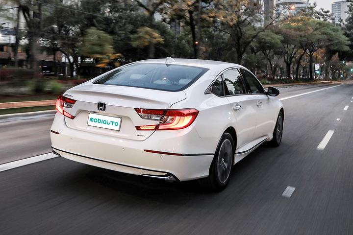 """Sem rivais diretos, modelo quer roubar clientes de BMW e Mercedes a R$ 300.000. Motor híbrida """"diferentão"""" que o leva a fazer até 20 km/l é grande destaque"""