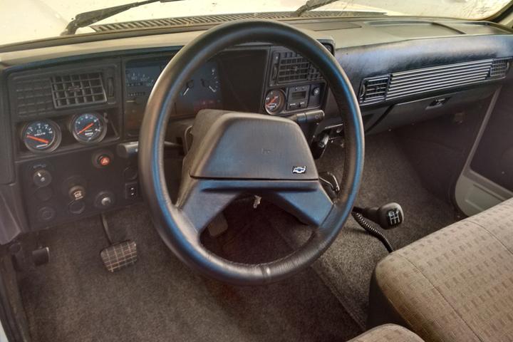 Procurar a alavanca do freio de estacionamento no console central do SUV não vai adiantar: O condutor terá mais sorte olhando para o chão. Entenda