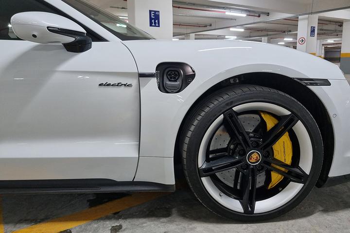 Fenômeno de vendas, cupê quatro-portas de até R$ 1 milhão responde por quase 30% dos emplacamentos de carros elétricos no Brasil em 2021