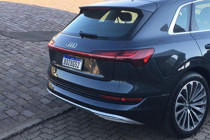 Pegar a estrada com um elétrico tem seus perrengues, mas também nos premia com boa dose de conforto e requinte se o carro escolhido for o Audi e-tron