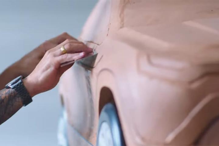 """Primeiros traços revelados do Progetto 363 antecipam dianteira com """"bigode"""" para ressaltar a robustez e volante que lembra muito o do SUV da Jeep reestilizado"""