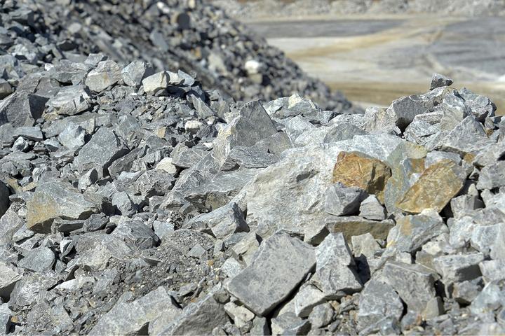 País da Ásia Central tem uma das maiores reservas de lítio no mundo, matéria-prima imprescindível para produção de baterias