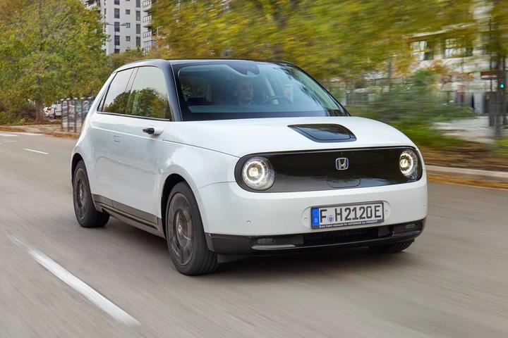 Está surgindo uma geração de automóveis que trocaram o design futurista pelo estilo retrô